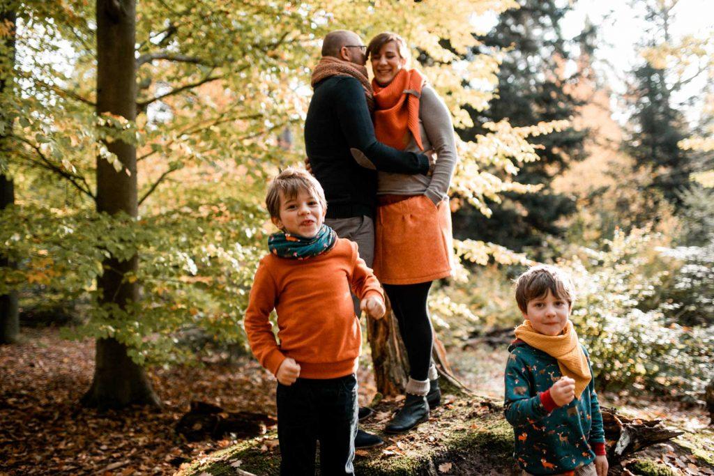 Natürliche Familienfotos in Stuttgart - Familienshooting am Schloss Solitude